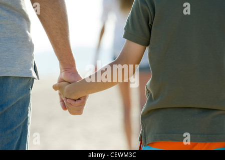 Vater und Sohn Hand in Hand, beschnitten - Stockfoto