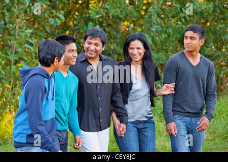 eine Familie, die Zeit zusammen genießen, in einem Park; Edmonton Alberta Kanada - Stockfoto