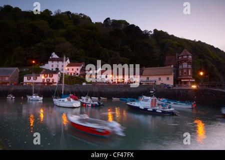 Angeln Boote schaukeln auf und ab im Hafen von Lynmouth in der Dämmerung an der Küste von North Devon. - Stockfoto