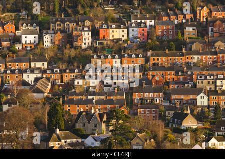 Reihen von Häusern auf dem Hügel in Cotswold Marktstadt von Stroud, Gloucestershire, UK - Stockfoto