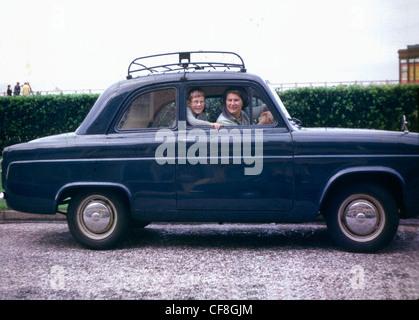 Mutter und Sohn innen Ford Popular (1963) - Stockfoto