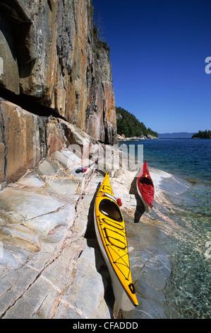 Zwei Kajaks sitzen am Ufer des Lake Superior Agawa Rock, Lake Superior Provincial Park, Ontario, Kanada. - Stockfoto