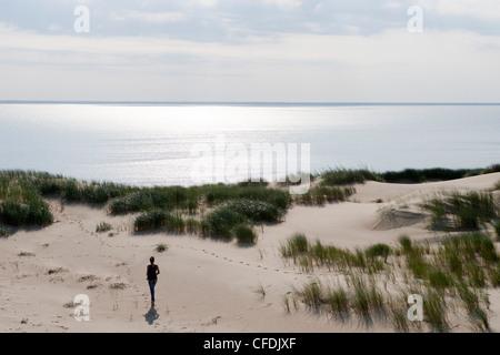 Frau Spaziergänge entlang Sanddüne auf der Kurischen Nehrung [Herr], in der Nähe von Klaipeda, Litauen Klaipedos - Stockfoto