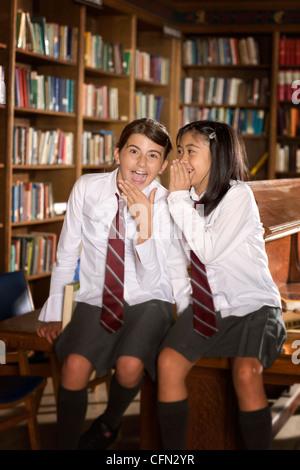 Studenten in der Bibliothek - Stockfoto