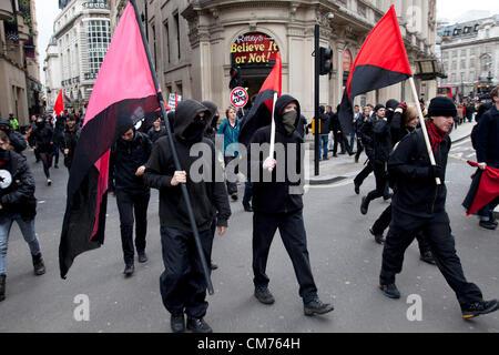 London, UK. Samstag, 20. Oktober 2012. Mitglieder des Arbeitskreises Balck Bloc Anarchisten verwechseln Ursache - Stockfoto