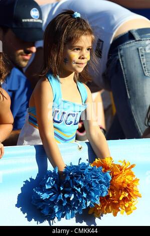 Pasadena, Kalifornien, USA. 2. November 2013. 2. November 2013 Pasadena, Kalifornien: eine junge UCLA Cheerleader - Stockfoto