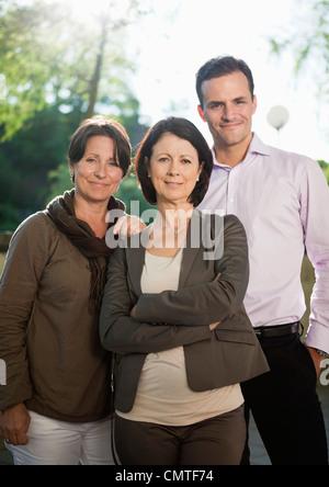 Lächelnde Geschäftsleute zusammenstehen - Stockfoto