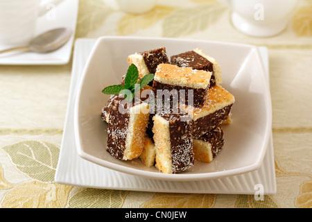 Kleines Gebäck mit Schokolade und Pinienkernen. Rezept erhältlich - Stockfoto
