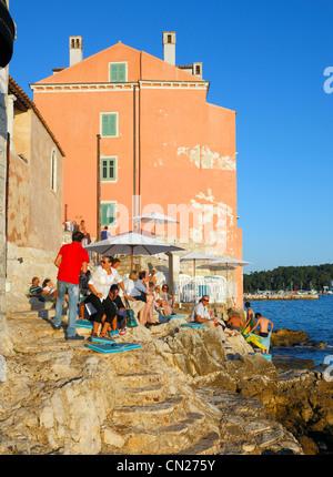 Rovinj-Bar am Meer in der Altstadt. - Stockfoto
