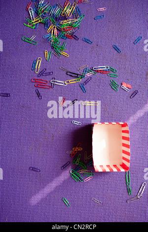 Büroklammern auf lila Teppich - Stockfoto