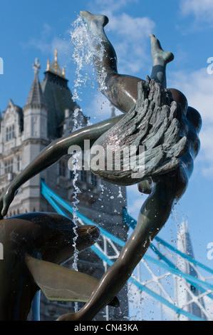Delphin mit Mädchen Skulptur & Brunnen am Ufer der Themse in der Nähe von Tower Bridge mit dem Shard Gebäude nach - Stockfoto