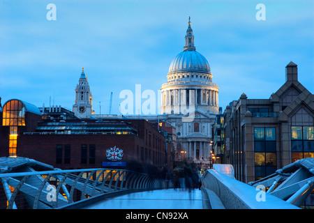 St. Paul-Kathedrale und die Millennium Bridge in der Dämmerung - Stockfoto