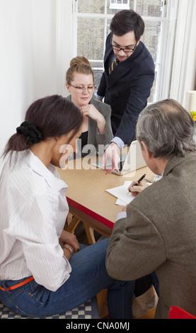 Geschäftsleute mit Treffen in Büro - Stockfoto