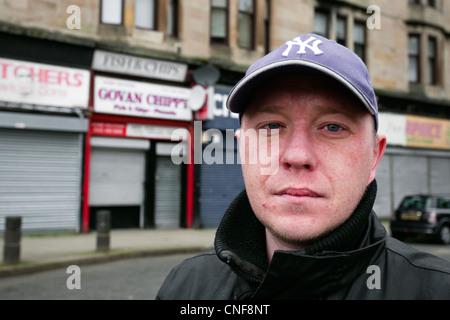 Junger Arbeitsloser in Shaw Street, Govan, Glasgow, Schottland - Stockfoto