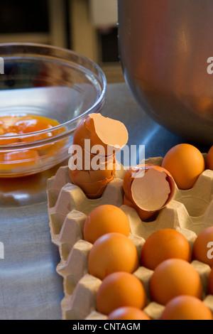 Zubereitung von frischen Eiern - Stockfoto