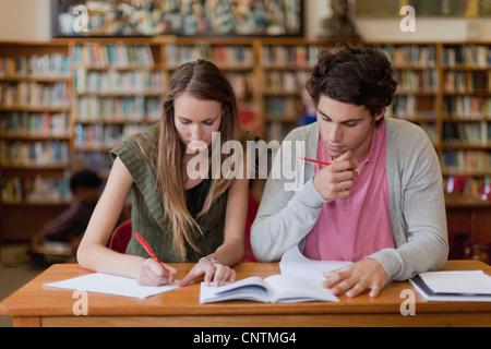 Studenten zusammen in Bibliothek - Stockfoto