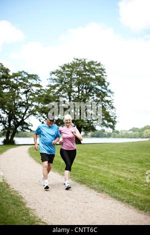 Älteres paar jogging zusammen im freien - Stockfoto