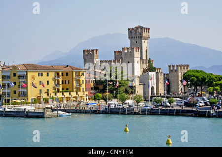 Blick vom Gardasee nach Sirmione und Scaliger Burg, Italien, Lombardei, Gardasee, Sirmione - Stockfoto