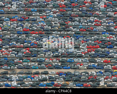Luftaufnahme des Autos auf einem Parkplatz - Stockfoto