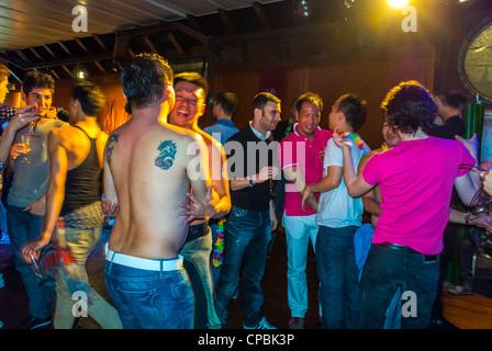 Paris, Frankreich, französische, asiatische Gay Association Geburtstagsparty am Boot, Long Yang Club Gruppe tanzen - Stockfoto