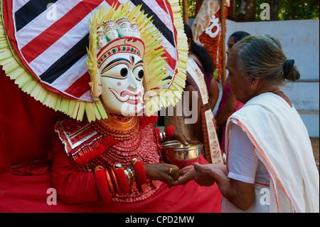 Darstellung des Hindu-Gottes Teyyam Zeremonie, in der Nähe von Kannur, Kerala, Indien, Asien - Stockfoto