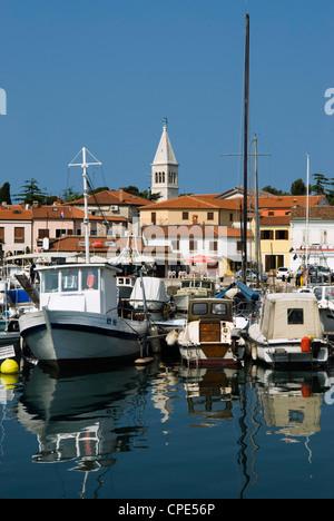 Hafen und venezianischen Stil Campanile, Europa, Adria, Istrien, Kroatien, Novigrad (Cittanova) - Stockfoto