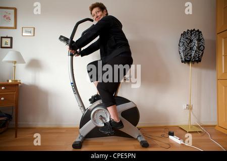 Frau zu Hause verwenden einen Heimtrainer - Stockfoto