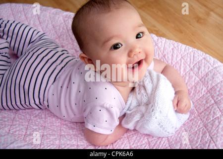 Lachendes Baby auf ihrem Bauch - Stockfoto