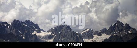 Panorama-Kaukasus-Gebirge in den Wolken. Georgien, Swanetien - Stockfoto