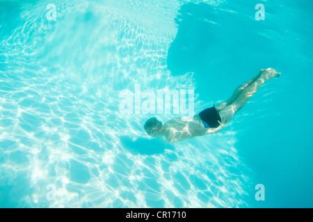 Junge in Brillen, Schwimmen im pool - Stockfoto