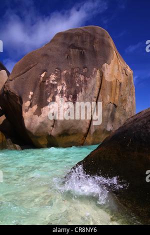 Klaren tropischen Meerwasser um große Felsen am Ufer einer Insel - Stockfoto