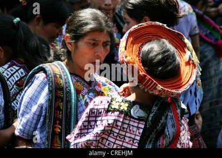 Maya Frau mit typischen Kopfbedeckung aus Santiago de Atitlan, Guatemala, Atitlansee, Santiago de Atitlan - Stockfoto