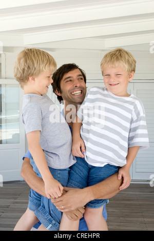 Lächelnd hält Söhne Vater - Stockfoto