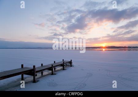 Pier ragt ins zugefrorenen See - Stockfoto