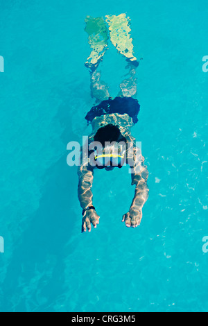 Frau im Schnorchel und Flossen schwimmen - Stockfoto
