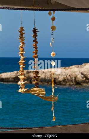 Muscheln in einem Restaurant auf dem Hintergrund des blauen Meeres Kreta Griechenland hängen - Stockfoto