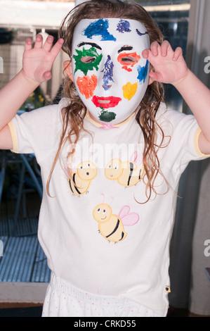 Junges Kind trägt eine Maske - Stockfoto