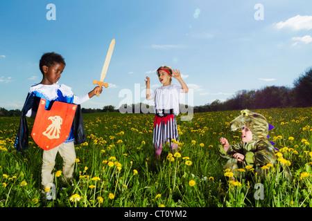 Jungen spielen, verkleiden sich im freien - Stockfoto