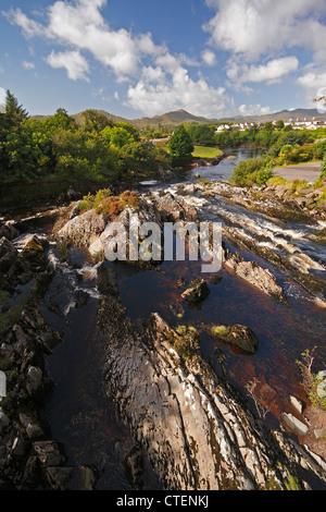 Sneem Fluss und Felsen unterhalb des Dorfes auf dem Ring Of Kerry; County Kerry, Irland - Stockfoto