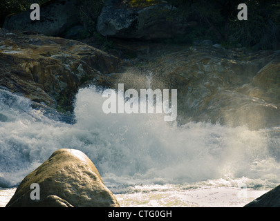 Spritzwasser fällt auf ein Rocky River in den Wäldern des Kings Canyon, Kalifornien, USA - Stockfoto