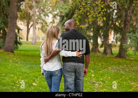 Interracial Ehepaar Wandern In einem Park im Herbst; Edmonton, Alberta, Kanada - Stockfoto