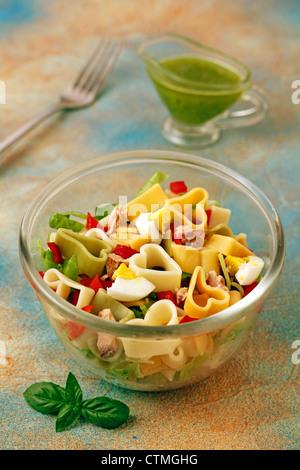 Pasta-Salat mit Mandeln Pesto. Rezept zur Verfügung. - Stockfoto