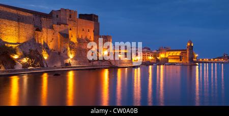 Über Royal Fort und Eglise Notre Dame des Anges, Collioure, Royal, Frankreich Twilight - Stockfoto