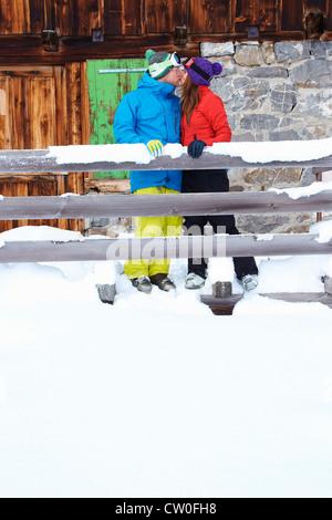 Paar küssen im Schnee - Stockfoto