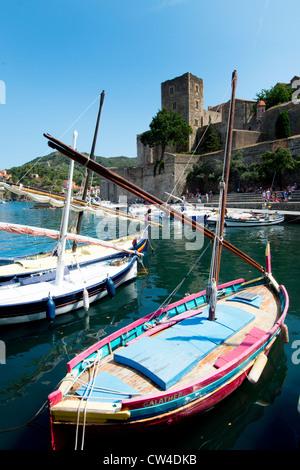 Angeln, Boote und schloss 13C Königsburg in Bucht von Collioure Cote Vermeille in Pyrenäen Orientales Südfrankreich - Stockfoto