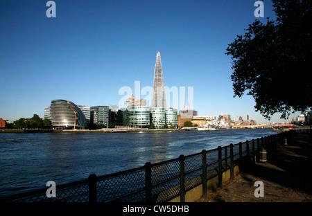 Blick auf die Themse, die Scherbe, Rathaus, More London Entwicklung und London Bridge, London, UK - Stockfoto