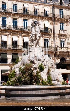 Die drei Grazien-Brunnen von Bildhauer Étienne d'Antoine 1790 in Place De La Comédie, Montpellier, Frankreich gebaut. - Stockfoto