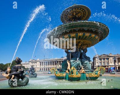 Brunnen auf der Place De La Concorde am Ende der Avenue des Champs-Elysees Paris Frankreich EU-Europa - Stockfoto