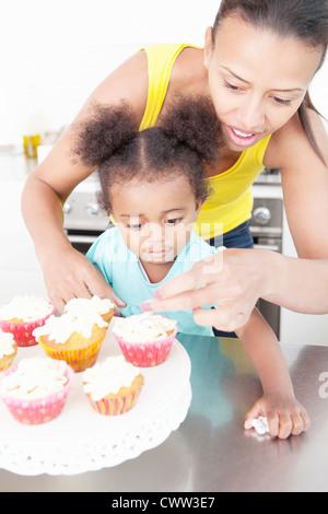Mutter und Tochter gemeinsam Backen - Stockfoto