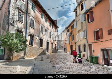Eine Straßenszene in der istrischen Stadt Rovinj, Kroatien - Stockfoto